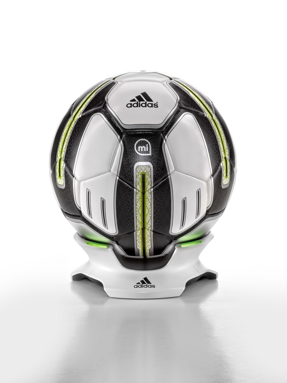 Chytrý fotbalový míč adidas MiCoach