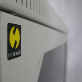 Netrack závěs./stoj. rack 19'' 18U/600 mm, skleněné dveře, barva popelavá